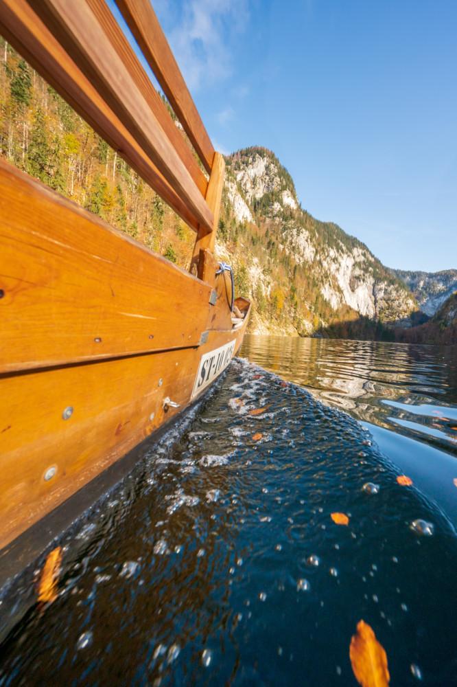 Plätte am Toplitzsee - Ausseerland Boot Dunkel Europa Fahrzeug Hochformat Plätte Salzkammergut Schifffahrt Grundlsee Steiermark Toplitzsee Wasser braun schwarz Österreich