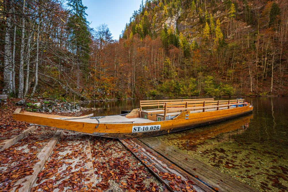 - Ausseerland Baum Bildeigenschaft Bildinhalt Boot Dunkel Europa Fahrzeug Fluss Gewässer Holz Kanu Natur Pflanze Plätte Salzkammergut Schifffahrt Grundlsee Steiermark Toplitzsee Wald Wasser Zille Österreich