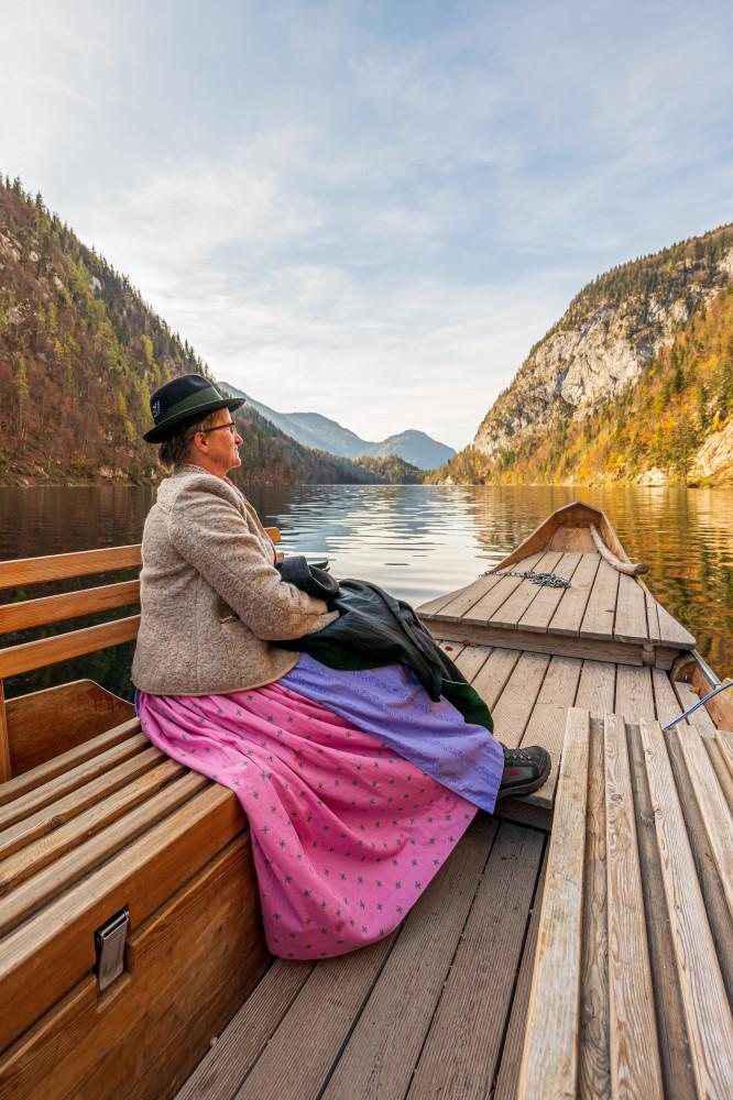 Plätte am Toplitzsee - Ausseerland Ein Gesicht Europa Gesicht Hochformat Person Plätte Profilansicht Salzkammergut Schifffahrt Grundlsee Steiermark Toplitzsee Zille schwarz Österreich