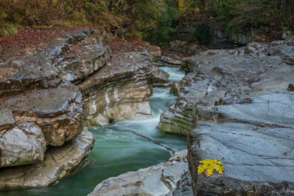 - Bildeigenschaft Bildinhalt Draußen Europa Excire (de) Farben Fluss Gewässer Kontrastarm Natur Ort Salzburg Sonstiges Taugl Tauglgries Tennengau Ungesättigt Wasser grau Österreich