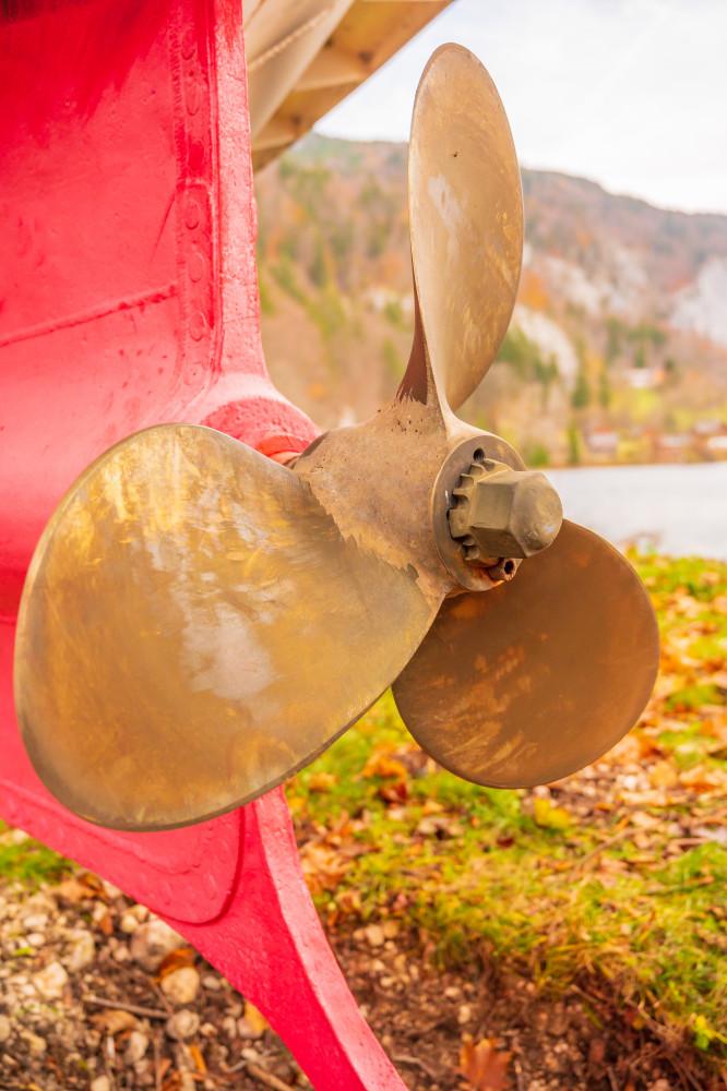 Schiffsschraube von der MS Rudolf - Ausseerland Europa Fahrzeug Grundlsee Hochformat Natur Ruder Rudolf Salzkammergut Schiff Schifffahrt Grundlsee Schraube Steiermark braun Österreich