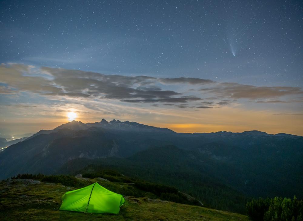 Zelten am Berg, Blick auf Dachstein, mit Komet am Himmel - Berg Ennstal Europa Gröbming Gröbminger Land Gröbmingerland Natur Steiermark Stoderzinken Österreich