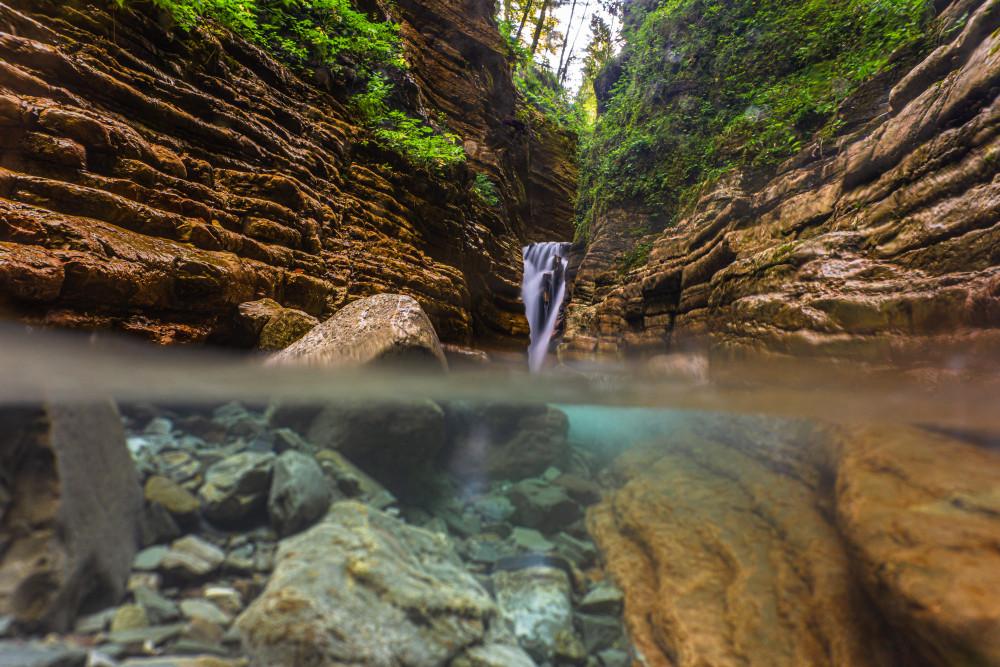 Der spekatkuläre Red Canyon im Tauglboden - Davidgraben Dunkel Europa Fluss Gewässer Hochformat Klamm Natur Salzburg Schlucht Taugl Tauglbach Tennengau Textur Wasser Wasserfall braun red Canyon Österreich
