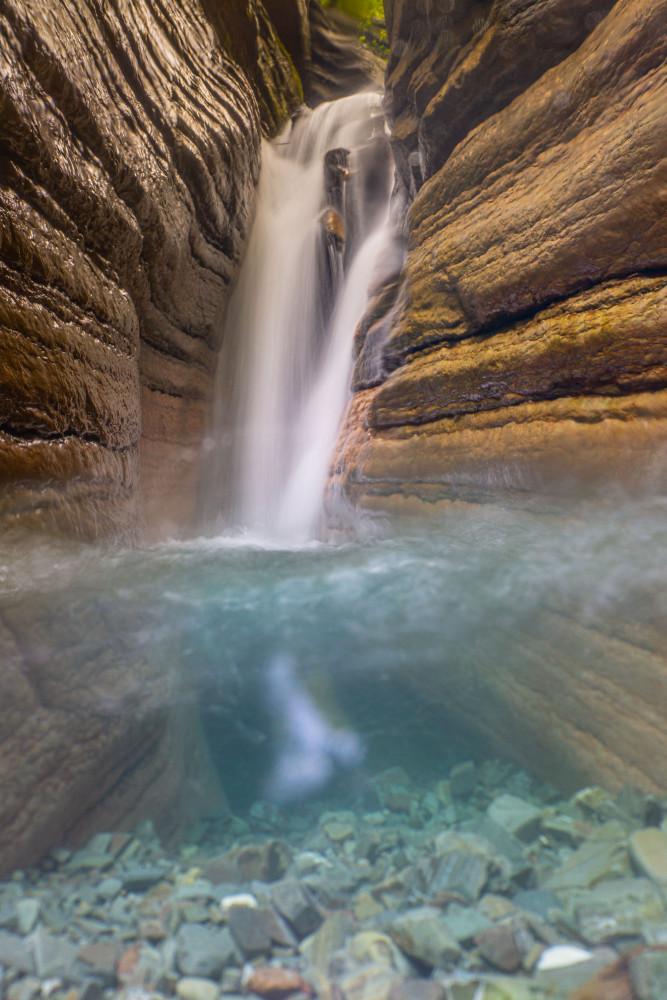 Der spekatkuläre Red Canyon im Tauglboden - Davidgraben Dunkel Europa Hochformat Klamm Natur Salzburg Schlucht Taugl Tauglbach Tennengau Textur Wasser Wasserfall braun red Canyon Österreich