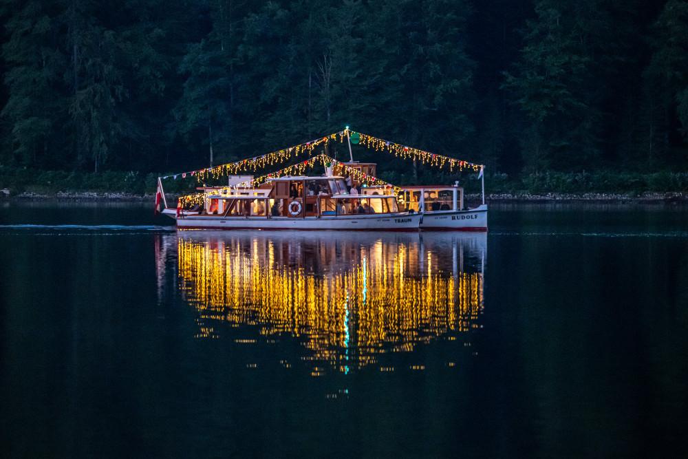 - Ausseerland Boot Dunkel Europa Fahrzeug Gewässer Grundlsee MS Rudolf Nachtaufnahme Natur Rudolf Salzkammergut Schiff Schifffahrt Grundlsee See Steiermark Wasser Österreich